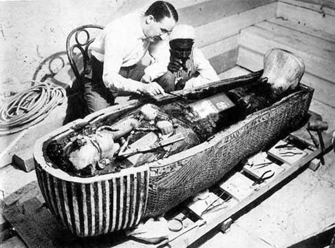 Howard Carter restaurando tumba